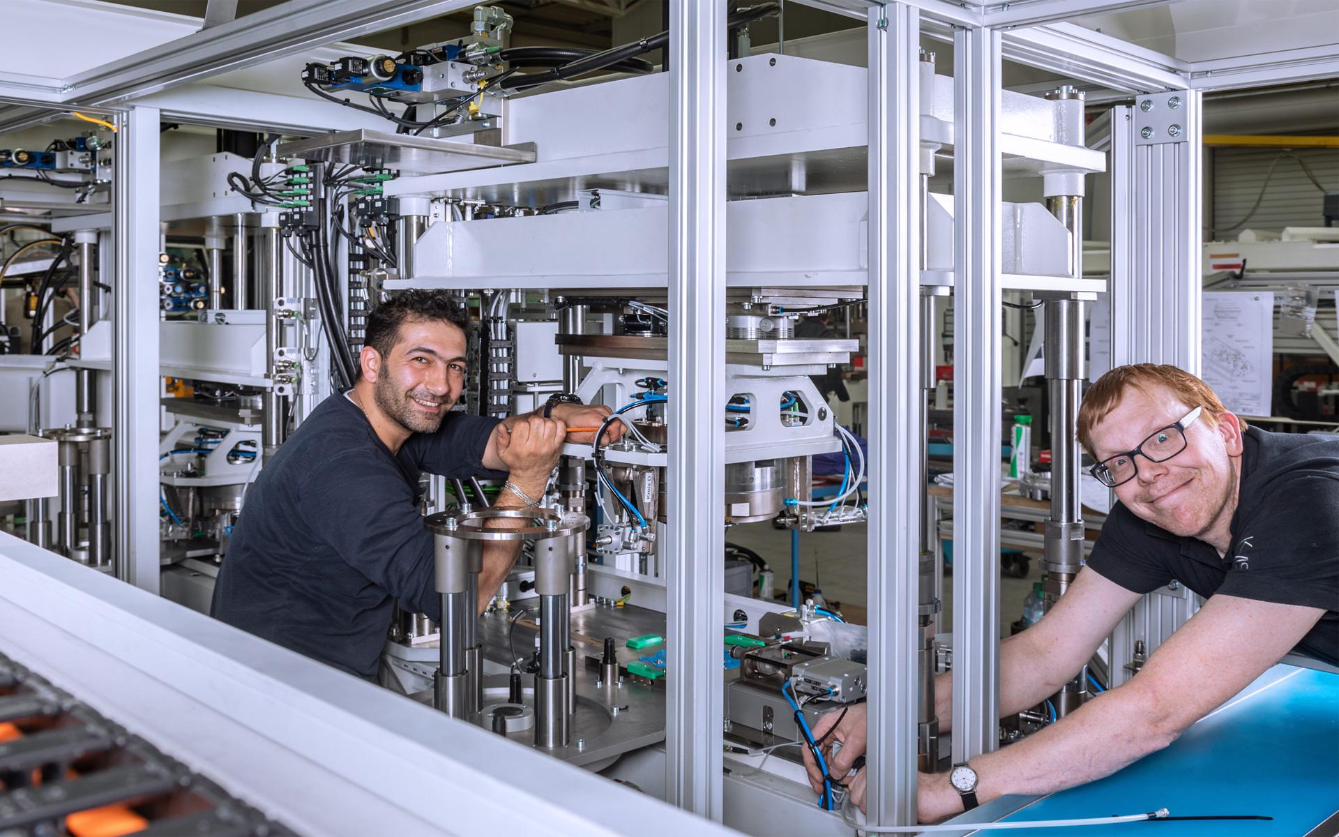 Mitarbeiter arbeitet an der Maschine